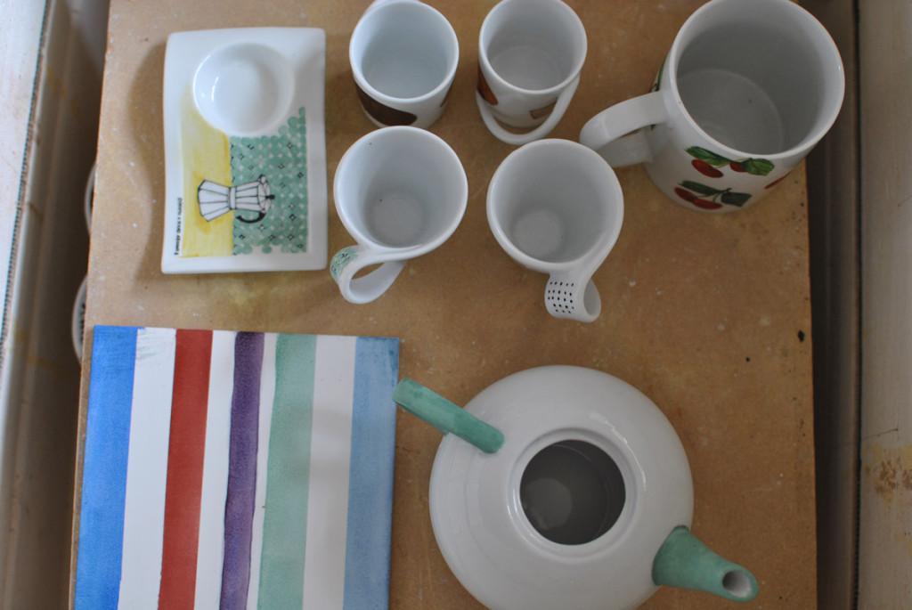 Tazzine e teiera colorati in porcellana